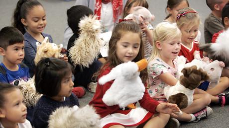 Symbolbild. Kinder bei einer Puppentheater-Vorstellung in ihrer Einrichtung.