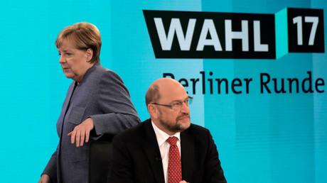 Bundeskanzlerin Angela Merkel (l., CDU) und SPD-Chef Martin Schulz bei einer Fernsehsendung am 24. September 2017