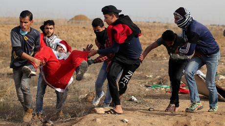Ein verwundeter palästinensischer Demonstrant, als Weihnachtsmann verkleidet, nahe der Grenze zu Israel im südlichen Gazastreifen, wird bei Zusammenstößen mit israelischen Truppen evakuiert,  22. Dezember 2017.
