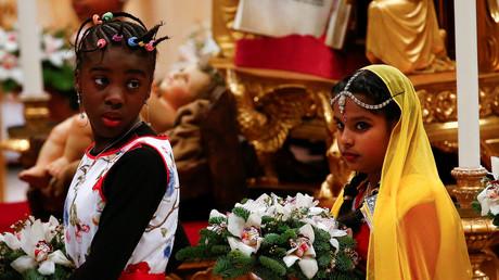 Kinder stehen vor der Statuette des Jesuskindes während der traditionellen Mitternachtsmesse, die von Papst Franziskus im Vatikan am 24. Dezember 2017 abgehalten wird.