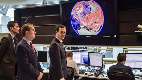 Der britische Schatzkanzler George Osborne mit dem damaligen Direktor des GCHQ, Robert Hannigan, im 24-Stunden-Operationszentrum des GCHQ, November 2015.