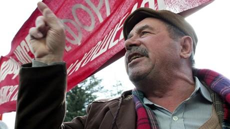Ein Bild aus dem Jahr 2005. Damals gingen im Januar und im Februar hunderttausende Menschen in 70 russischen Städten auf die Straße, um gegen die so genannte Monetarisierungsreform im Gesundheitswesen zu protestieren. Hier: Ein protestierender Rentner im südrussischen Stawropol am 18. Februar 2005.