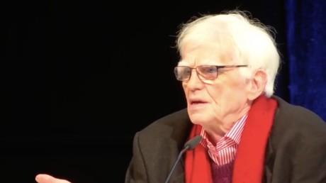 Hans-Christian Ströbele ist Mitbegründer der Partei Die Grünen. Er saß jahrelang in der Parlamentarischen Kontrollkommission für die Geheimdienste und in zahllosen Untersuchungsausschüssen.