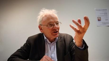 Götz Haydar Aly ist ein deutscher Politikwissenschaftler, Historiker und Journalist mit den Themenschwerpunkten nationalsozialistische Rassenhygiene, Holocaust und Wirtschaftspolitik der nationalsozialistischen Diktatur.