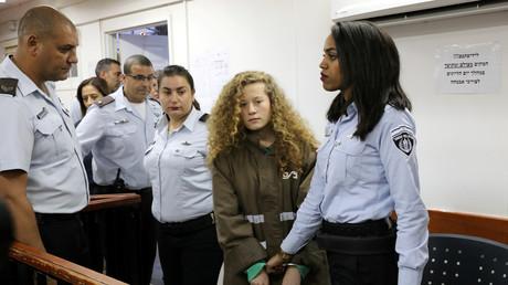 Die palästinensische Teenagerin Ahed Tamimi vor dem Gerichtssaal