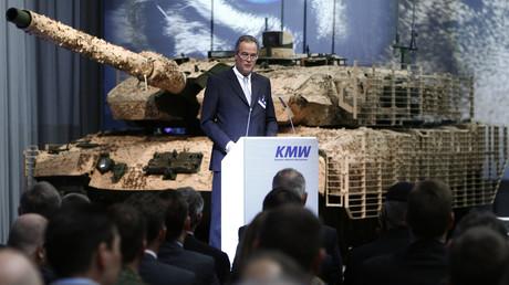 Frank Haun, Chef des blau-weissen Rüstungskonzerns Krauss-Maffei, stellt den neuen Panzers Leopard 2A7 in München vor, 10. Dezember 2014.