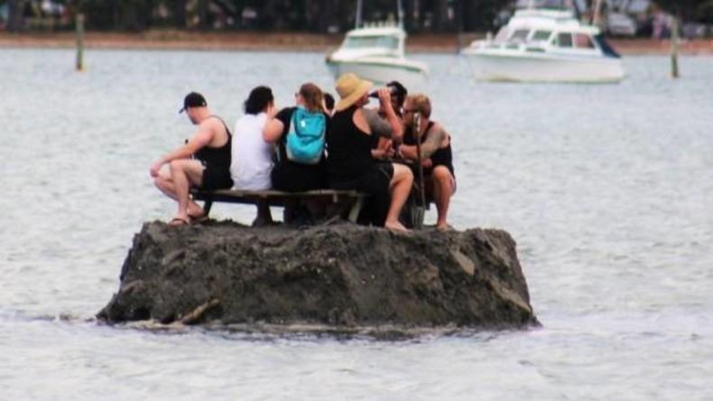 Neuseeländer schütten Insel auf, um Neujahr trotz Alkoholverbots an Strand feuchtfröhlich zu feiern