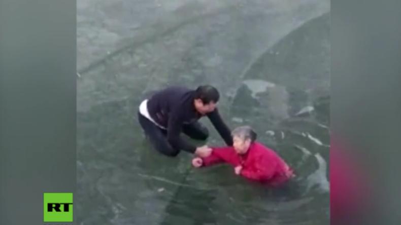 China: Passant trotzt der Gefahr und rettet 70-Jährige aus vereistem Fluss