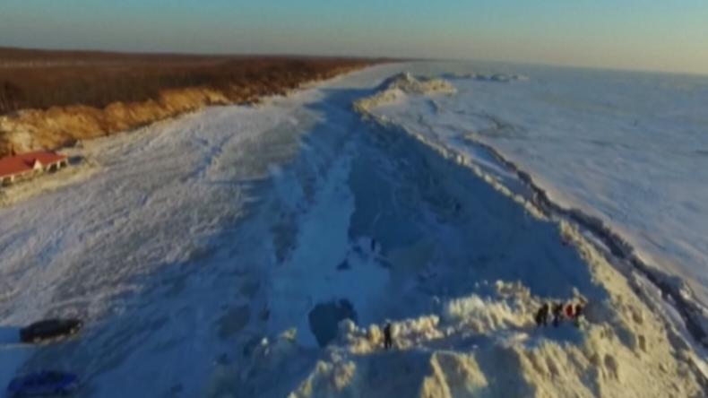 Natur lässt riesige und mächtige Eismauer zwischen Russland und China entstehen