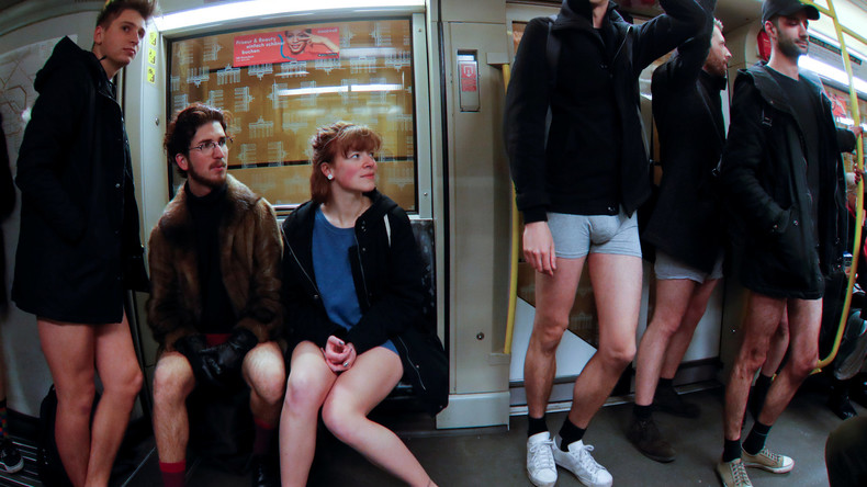 Flashmob gegen schlechte Stimmung: 30 Münchener steigen in U-Bahn ohne Hosen