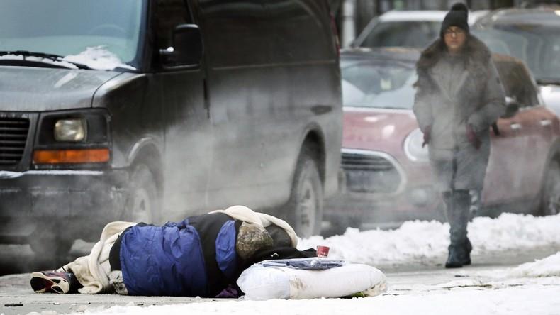 Obdachlose in Brüssel bekommen Pappzelte, um Kälte zu überleben