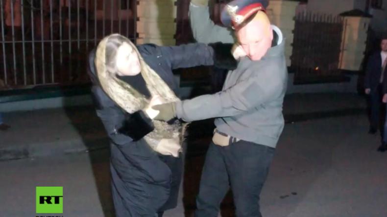 Kiew: Nationalisten versperren Klosterzugang – Gläubige verteilt dafür Faustschläge und Tritte