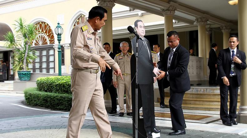 Thailändischer Premier weicht Journalisten mithilfe seiner eigenen Pappfigur aus [FOTO]