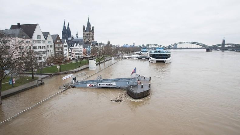 Schiff fährt auf Rhein gegen die Südbrücke bei Köln