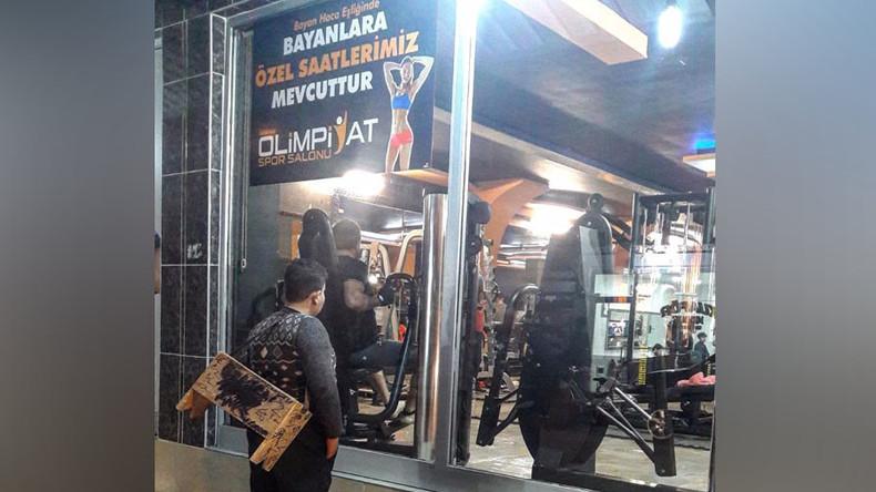 Syrischer Schuhputzer starrt sehnsüchtig Sportstudio an und bekommt lebenslanges Fitness-Abo gratis