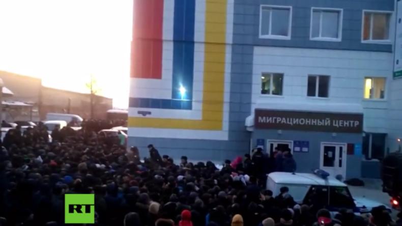 Chaos vor Migrationszentrum in Russland - Über 2.000 Menschen drängeln sich um Aufenthaltserlaubnis
