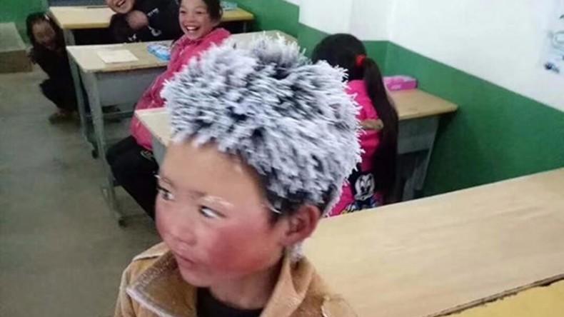 Kleine Schneeflocke: Junge geht fünf Kilometer zur Schule und sein Haar wird mit Eiszapfen bedeckt