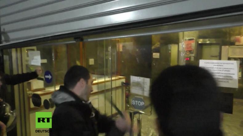 Hunderte stürmen griechisches Arbeitsministerium und stellen Arbeitsministerin zur Rede