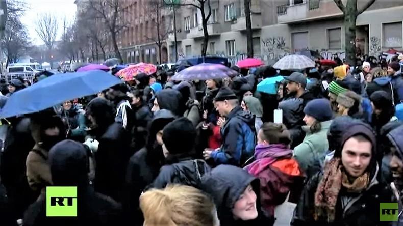 LIVE: Polizei räumt von Flüchtlingen besetzte Gerhart-Hauptmann-Schule in Berlin-Kreuzberg