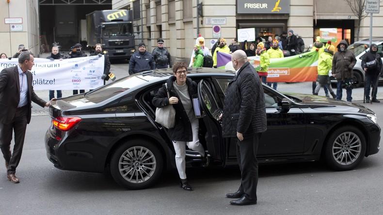 Auf dem Weg zu Sondierungsgesprächen: Merkel-Vertraute Kramp-Karrenbauerbei Auffahrunfall verletzt