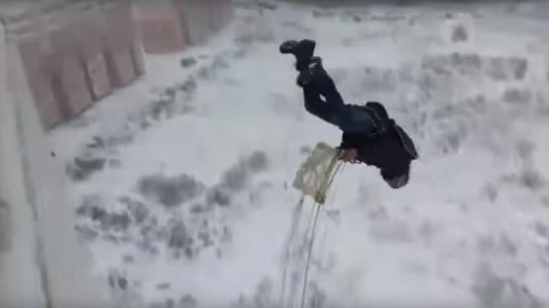 Russischer Draufgänger springt kopfüber mit Fallschirm von Balkon und überlebt