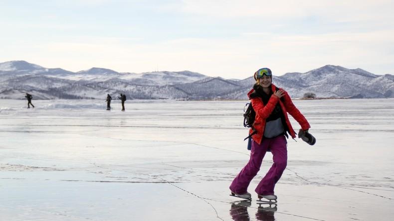 Baikalsee im Winter: Schlittschuhlaufen auf tiefstem Süßwassersee der Welt