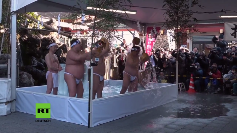 Japanische Pilger feiern Neujahr im eiskalten Wasser