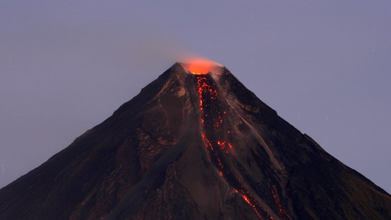 Brodelnder Vulkan treibt hunderte Philippiner in Flucht