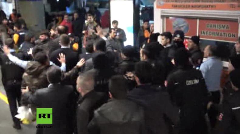 Istanbul: Massenschlägerei am Flughafen überschattet Heimkehr von Fußballspieler Arda Turan
