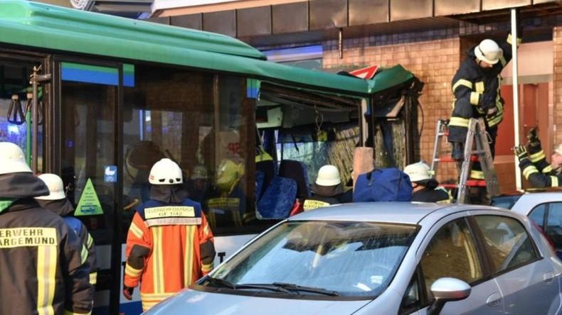Schulbus prallt auf Hauswand auf - Mindestens 47 Personen verletzt