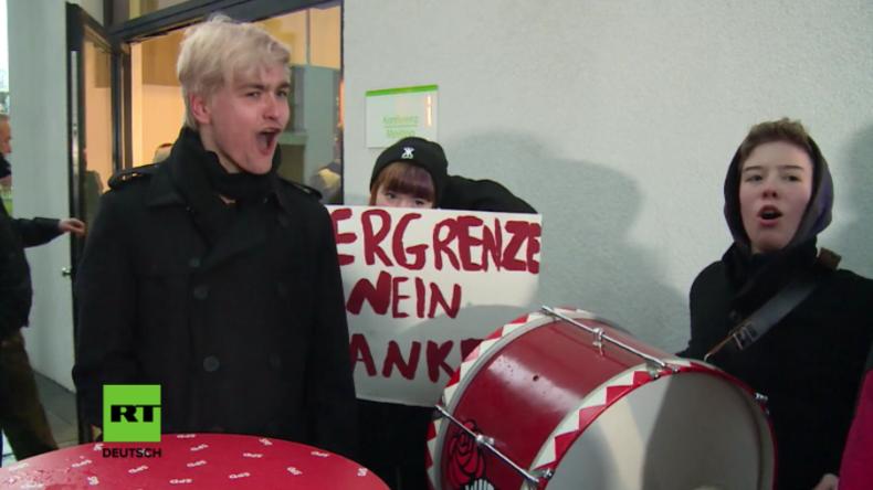 """""""Nie, nie, nie wieder GroKo!"""" - Jusos protestieren bei Schulz-Besuch in Düsseldorf"""