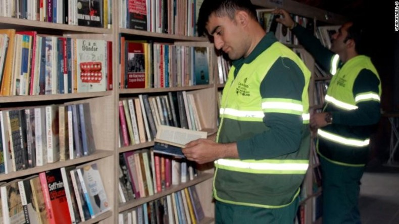 Müllsammler eröffnen Bibliothek mit alten weggeworfenen Büchern