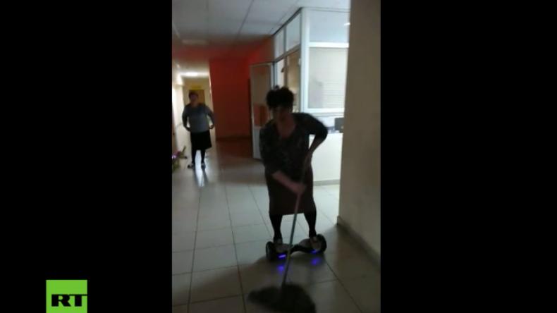 Russische Oma feudelt auf Hoverboard die Fußböden