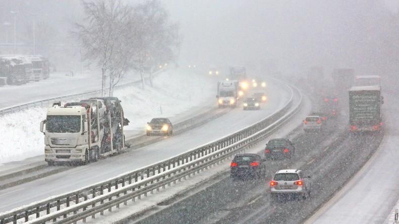 """Sturm """"Friederike"""" kommt nach Deutschland - Viele Unfälle durch Schnee und Glätte"""