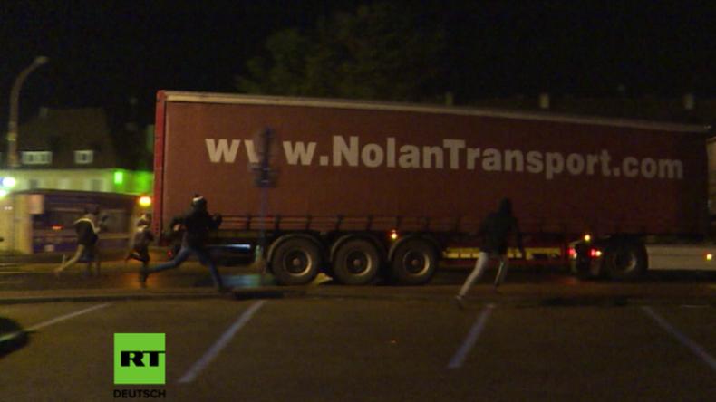 Statt Calais nun Ouistreham - Migranten jagen LKWs, um sich nach England zu schmuggeln