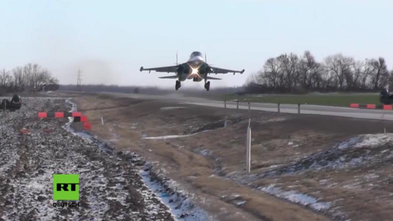 """""""Aus dem Weg!"""" - Russische Kampfflugzeuge landen im Rahmen einer taktischen Übung auf der Autobahn"""