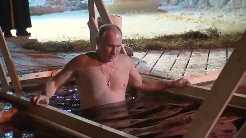 Eiskalte Tradition für einen reinen Geist und Seele - Putin taucht am Dreikönigstag ins Eiswasser