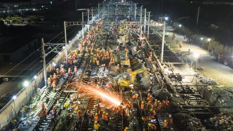 3.000 Hände, schnelles Ende: Chinesische Arbeiter bauen neue Bahnstrecke innerhalb weniger Stunden