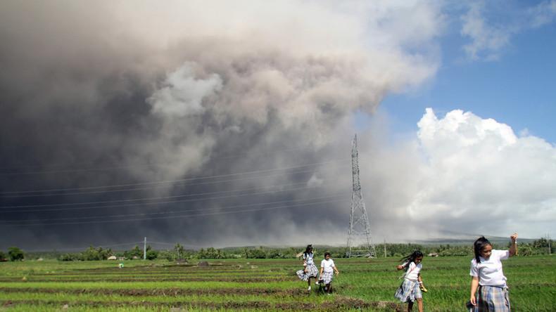 Vulkan auf Philippinen spuckt Lava 700 Meter in den Himmel [FOTOS]