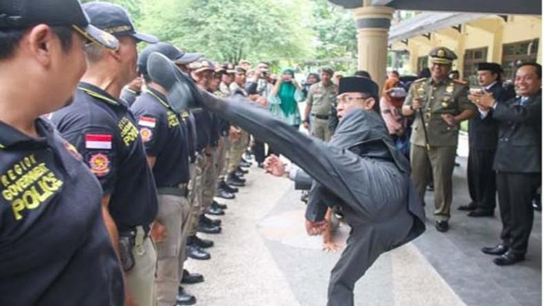 Kick it like the Bürgermeister: Tritte zur Amtseinführung von Polizisten in Indonesien