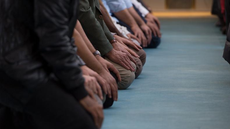 Arabische Emirate bestrafen künftig Autofahrer, die an ungeeigneten Plätzen beten