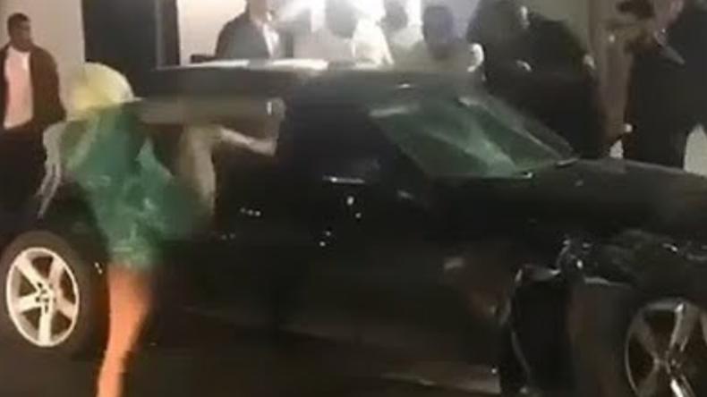 Miami: Wasserstoff-Blondine tritt barfuß Autoscheibe ein – Mob attackiert Fahrer nach Unfall