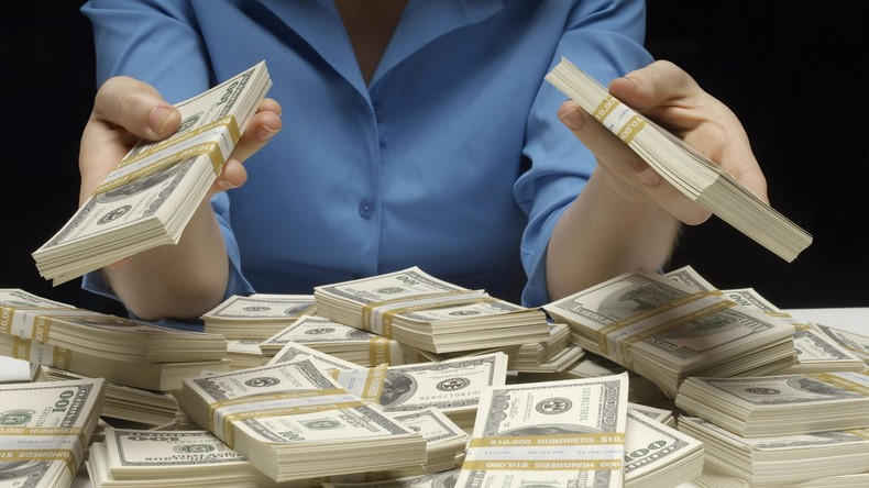 Unerwarteter Geldregen: Tausende Geldscheine bedecken Autobahn nach Autounfall in USA