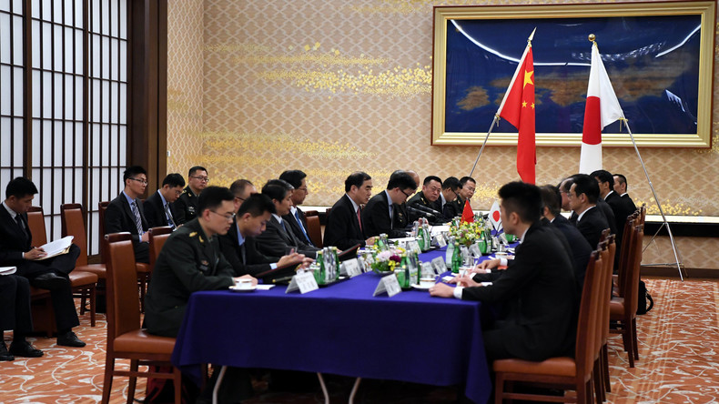 """China und Japan streben Verbesserung der Beziehungen und Zusammenarbeit bei """"Neuer Seidenstraße"""" an"""
