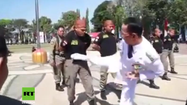 Indonesien: Bürgermeister stellt neues Sicherheitspersonal durch Roundhousekicks auf die Probe