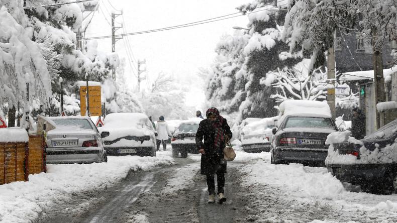 Erster Schneefall legt Verkehr in Irans Hauptstadt lahm