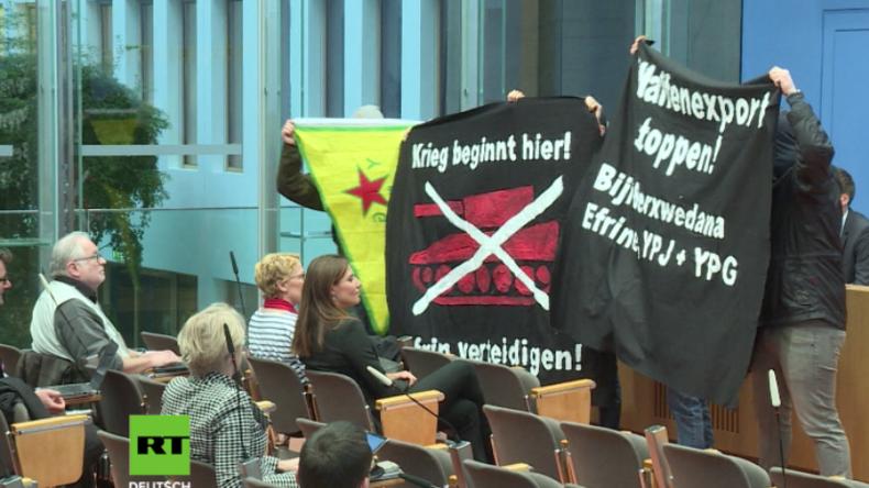 """Pro-kurdische Protestler stürmen BPK: """"Deutsche Waffen, deutsches Geld – morden mit in aller Welt"""""""