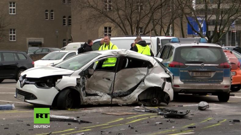 Schwerer Unfall mit Polizeiauto in Berlin: Frau stirbt und zwei Polizisten werden schwer verletzt