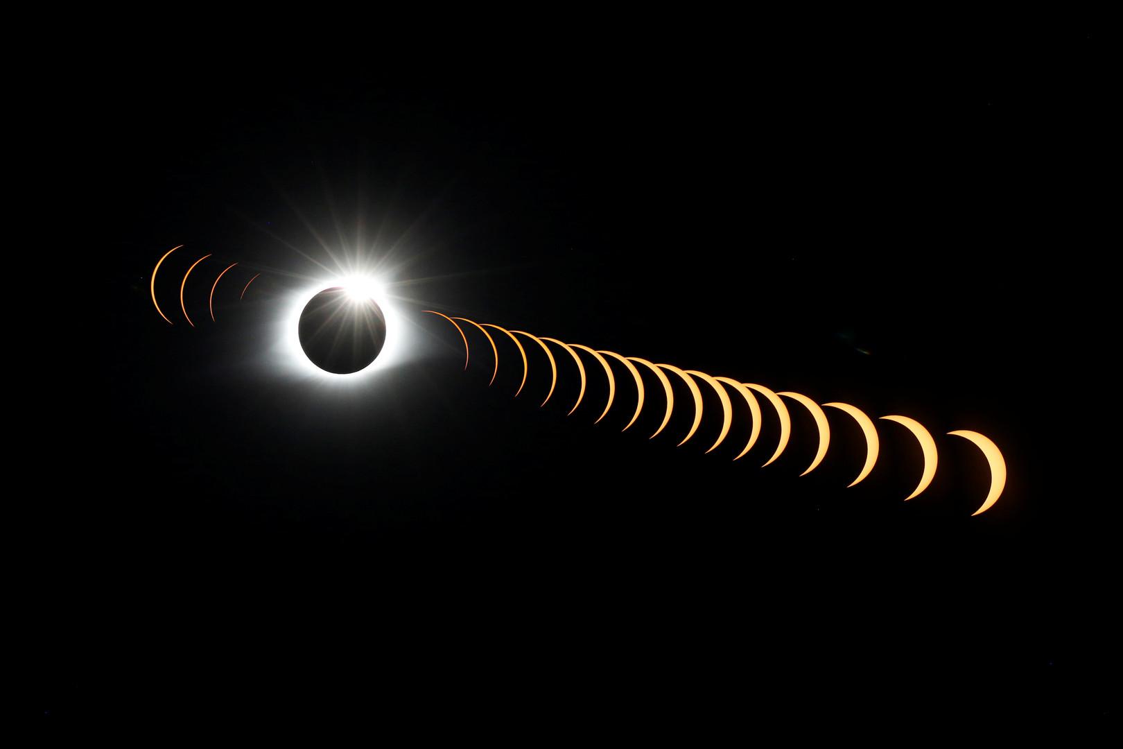 Ein Bild zusammengesetzt aus 21 Bildern zeigt die Sonnenfinsternis. Fotografiert vom Clingsman Dom aus (2.025 Meter), höchster Punkt des Great Smokt Mountains Nationalparks, Tennessee, USA, 21. August 2017.