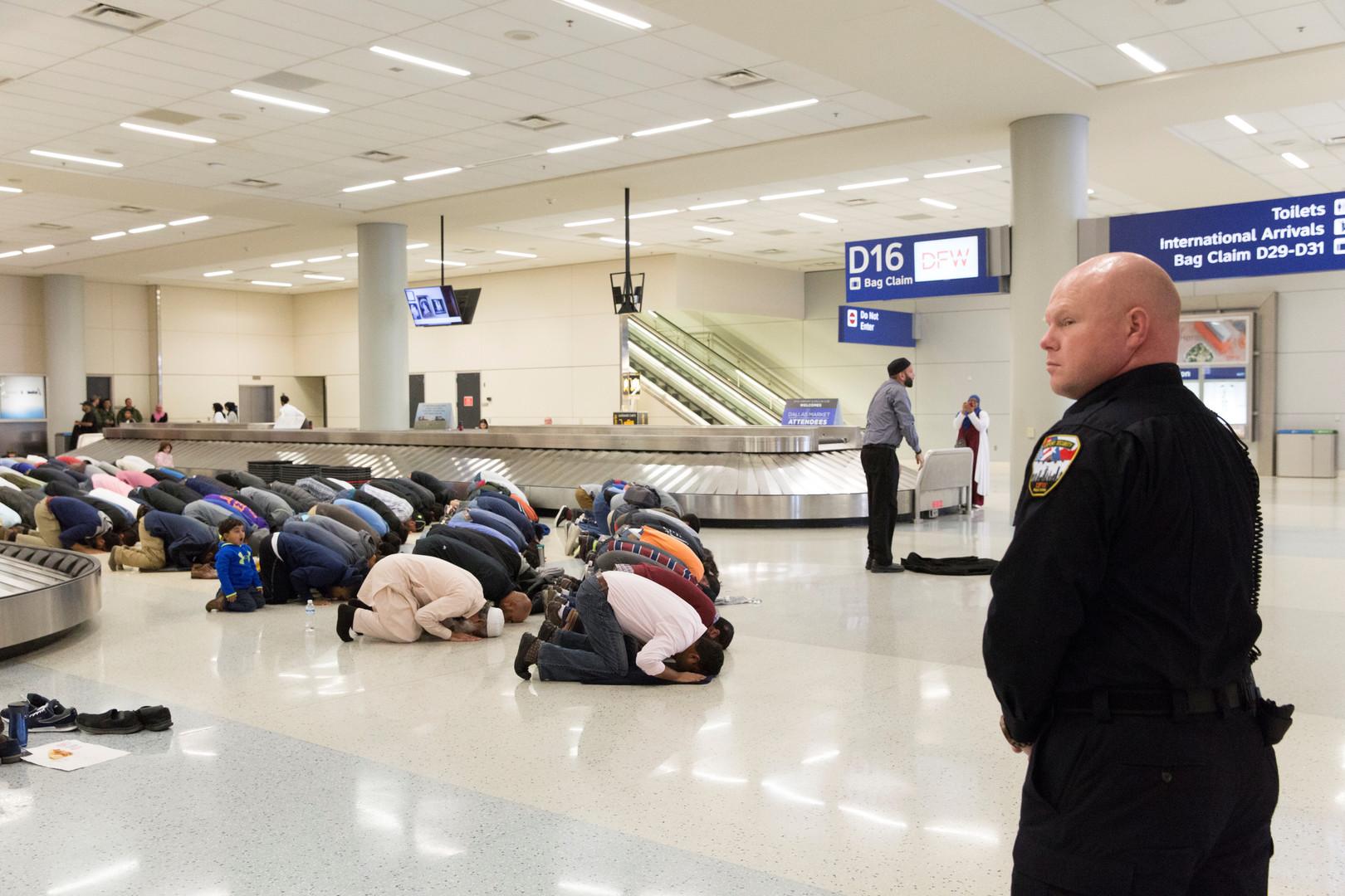 """Beten aus Protest gegen Trumps Einreiseverbot für Muslime """"Muslim Ban"""", Flughafen Dallas, Texas, USA, 29. Januar 2017."""